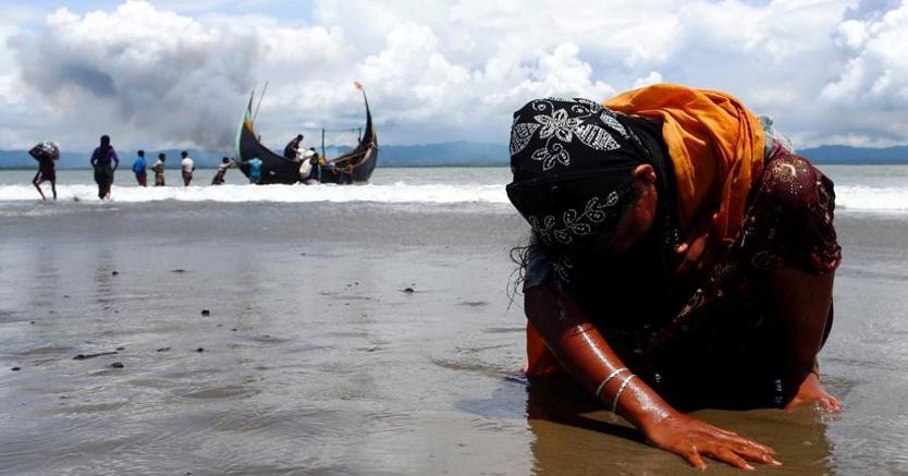 Una profuga rohingya sulle spiagge del Bangladesh